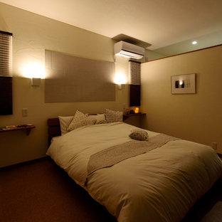 Idéer för att renovera ett mellanstort huvudsovrum, med vita väggar, korkgolv och brunt golv