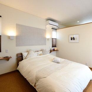他の地域のミッドセンチュリースタイルのおしゃれな寝室 (白い壁、茶色い床)