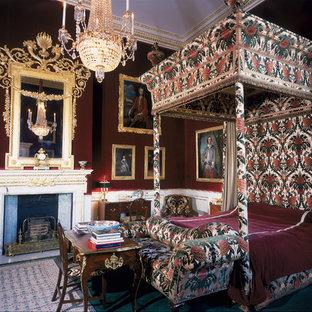 Foto di una camera da letto vittoriana con camino classico e pareti rosse