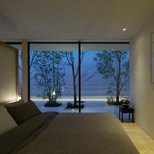 Ejemplo de dormitorio principal, minimalista, con paredes blancas, suelo de travertino y suelo beige