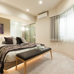 東京23区のコンテンポラリースタイルのおしゃれな主寝室 (ベージュの壁、カーペット敷き、暖炉なし)