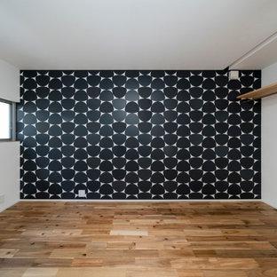 Kleines Nordisches Hauptschlafzimmer ohne Kamin mit bunten Wänden, braunem Holzboden, beigem Boden, Tapetendecke und Tapetenwänden in Kyoto