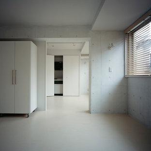 Diseño de dormitorio principal, moderno, de tamaño medio, con paredes blancas, suelo de linóleo y suelo beige
