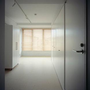 Idéer för små funkis huvudsovrum, med vita väggar, linoleumgolv och beiget golv
