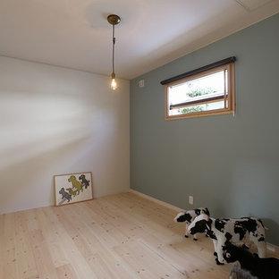 Réalisation d'une chambre parentale asiatique avec un mur gris et un sol en bois brun.
