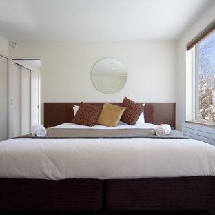 札幌のモダンスタイルのおしゃれな寝室 (白い壁、カーペット敷き)