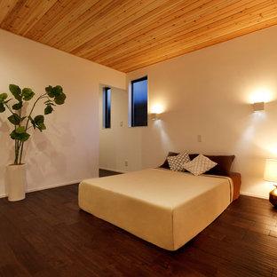 他の地域のモダンスタイルのおしゃれな主寝室 (白い壁、濃色無垢フローリング、茶色い床)