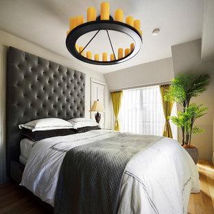 東京都下のコンテンポラリースタイルのおしゃれな寝室 (グレーの壁、無垢フローリング、茶色い床) のインテリア