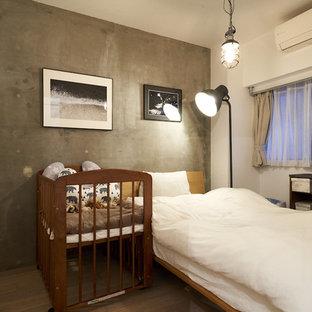 他の地域のインダストリアルスタイルのおしゃれな主寝室 (グレーの壁、無垢フローリング、茶色い床) のレイアウト