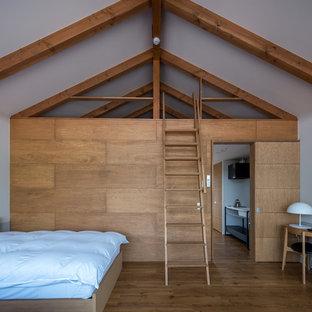 他の地域のモダンスタイルのおしゃれな寝室 (白い壁、無垢フローリング、茶色い床)