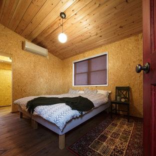 他の地域のインダストリアルスタイルのおしゃれな寝室 (茶色い壁、無垢フローリング、茶色い床)