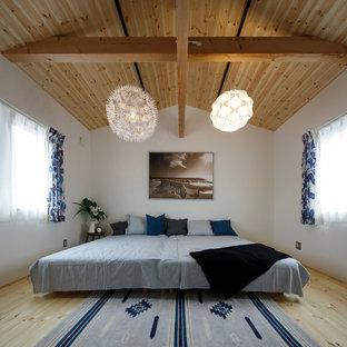 他の地域のビーチスタイルのおしゃれな寝室 (白い壁、淡色無垢フローリング、ベージュの床) のレイアウト