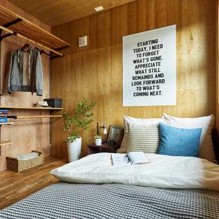 他の地域のインダストリアルスタイルのおしゃれな寝室 (茶色い壁、無垢フローリング、茶色い床、板張り天井、板張り壁) のレイアウト