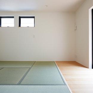 Esempio di una piccola camera matrimoniale minimalista con pareti bianche, pavimento in tatami e pavimento verde