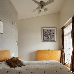 東京23区の中くらいの地中海スタイルのおしゃれな主寝室 (マルチカラーの壁、合板フローリング、茶色い床) のインテリア