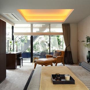 東京23区のミッドセンチュリースタイルのおしゃれな寝室 (白い壁、カーペット敷き、グレーの床) のレイアウト