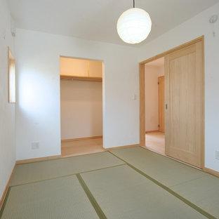 На фото: хозяйская спальня в стиле модернизм с белыми стенами, татами и зеленым полом без камина с