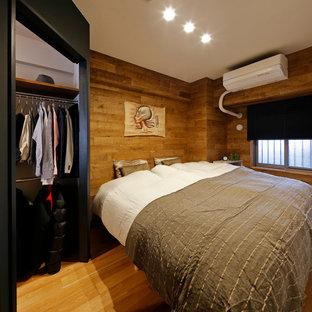 他の地域のミッドセンチュリースタイルのおしゃれな寝室 (茶色い壁、無垢フローリング、茶色い床) のレイアウト