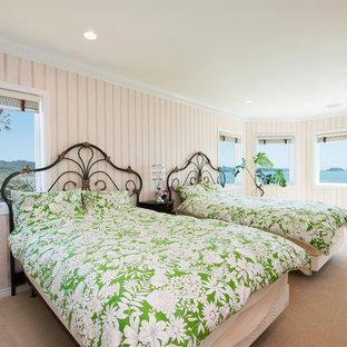 他の地域のトロピカルスタイルのおしゃれな寝室 (ベージュの壁、カーペット敷き、茶色い床)