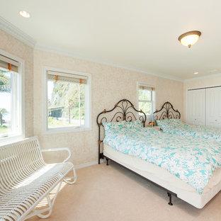 他の地域のトロピカルスタイルのおしゃれな寝室 (ベージュの壁、ベージュの床) のインテリア
