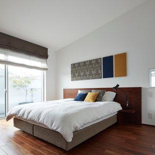 東京23区のコンテンポラリースタイルのおしゃれな寝室 (白い壁、濃色無垢フローリング、暖炉なし) のレイアウト
