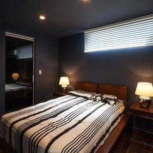 Diseño de dormitorio principal, moderno, con paredes azules, suelo vinílico y suelo marrón