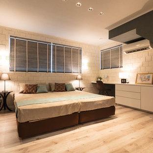 他の地域, のコンテンポラリースタイルのおしゃれな寝室 (白い壁、塗装フローリング、グレーの床)