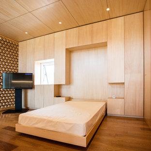 他の地域のモダンスタイルのおしゃれな寝室 (茶色い壁、無垢フローリング、茶色い床) のレイアウト