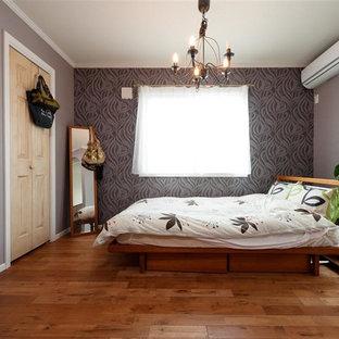 東京23区のエクレクティックスタイルのおしゃれな寝室 (グレーの壁、無垢フローリング、茶色い床) のレイアウト