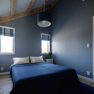 他の地域の北欧スタイルのおしゃれな寝室 (青い壁、淡色無垢フローリング、茶色い床)