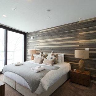 札幌のコンテンポラリースタイルの寝室の画像 (茶色い壁、カーペット敷き)