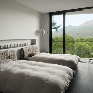 他の地域のモダンスタイルのおしゃれな寝室 (白い壁、黒い床) のレイアウト