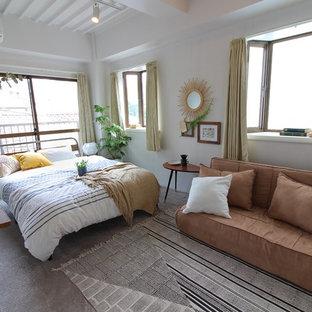 東京23区のモダンスタイルのおしゃれな寝室 (白い壁、グレーの床) のインテリア