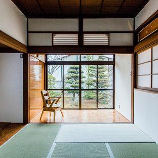 他の地域の和風のおしゃれな寝室 (白い壁、畳、緑の床)