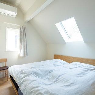 福岡の小さい北欧スタイルのおしゃれな寝室 (白い壁、淡色無垢フローリング、ベージュの床)