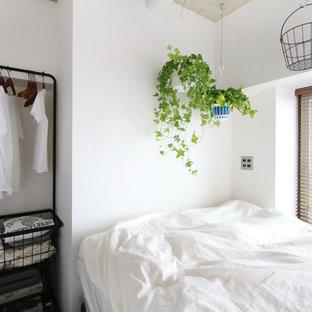東京23区のインダストリアルスタイルのおしゃれな客用寝室 (白い壁)