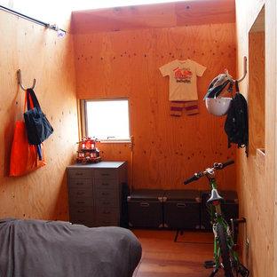 Idee per una piccola camera da letto etnica con pavimento in compensato