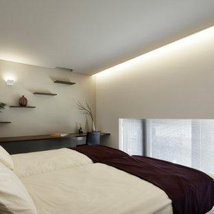 他の地域のコンテンポラリースタイルのおしゃれな主寝室 (白い壁、カーペット敷き、茶色い床、クロスの天井、壁紙)