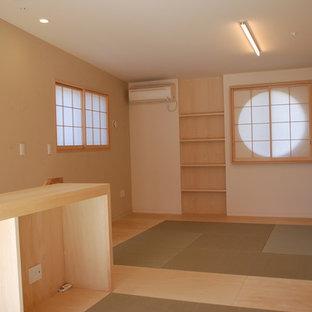 Modelo de dormitorio principal, asiático, pequeño, con paredes blancas, tatami y suelo beige
