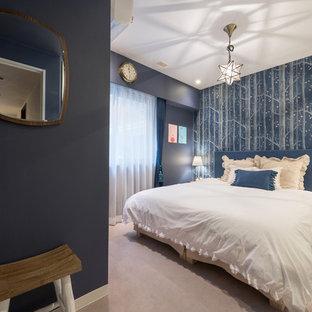 名古屋のエクレクティックスタイルの寝室の画像 (青い壁、ベージュの床)
