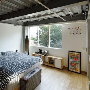 名古屋のインダストリアルスタイルのおしゃれな寝室 (白い壁、淡色無垢フローリング、茶色い床) のインテリア