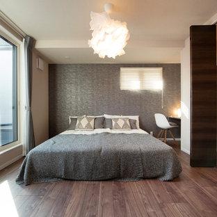 他の地域の中くらいのモダンスタイルのおしゃれな主寝室 (白い壁、濃色無垢フローリング、暖炉なし、茶色い床) のレイアウト