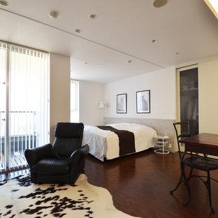 神戸のモダンスタイルのおしゃれな寝室 (白い壁、濃色無垢フローリング、茶色い床)