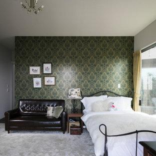 横浜のアジアンスタイルのおしゃれな寝室 (マルチカラーの壁、カーペット敷き、グレーの床) のインテリア