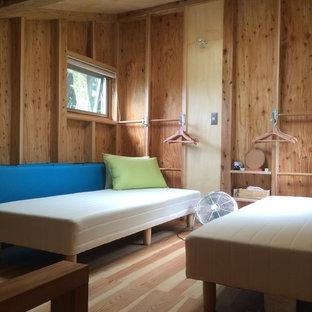 Foto di una piccola camera da letto stile loft stile rurale con pavimento in compensato