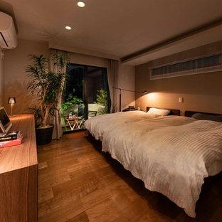 Idéer för stora funkis huvudsovrum, med vita väggar, plywoodgolv och brunt golv