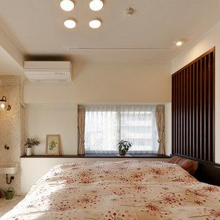 他の地域のアジアンスタイルのおしゃれな寝室 (白い壁、淡色無垢フローリング、ベージュの床)