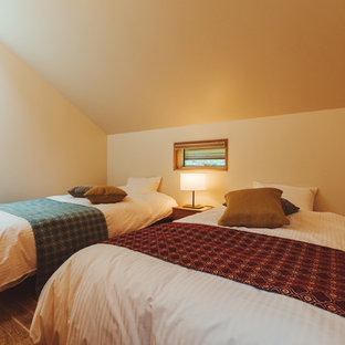 他の地域の小さいカントリー風おしゃれな寝室 (白い壁、無垢フローリング、暖炉なし、ベージュの床) のインテリア