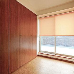 Modelo de dormitorio tradicional, grande, sin chimenea, con paredes blancas, suelo de corcho y suelo beige