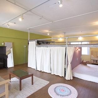 東京23区のインダストリアルスタイルの寝室の画像 (緑の壁、濃色無垢フローリング)